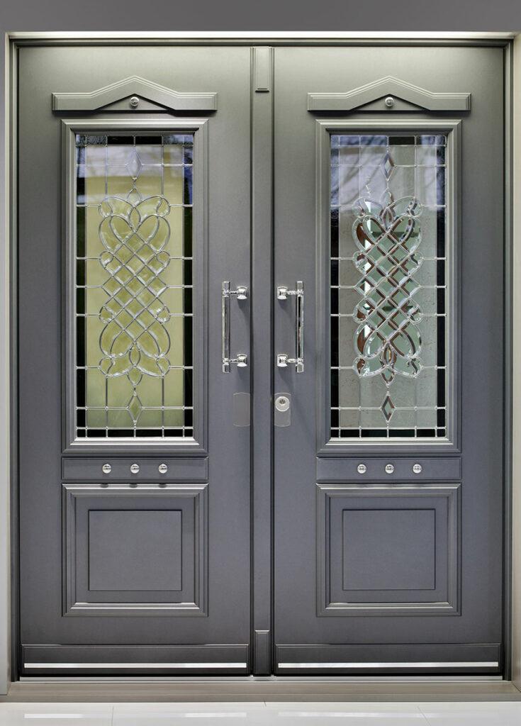 Schicke Eingangstür aus Aluminium und Holz in grau