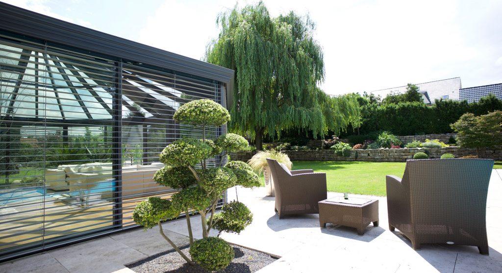 Wintergarten der Marke WiPro mit integriertem Sonnenschutz von Ottis Fenster und Türen