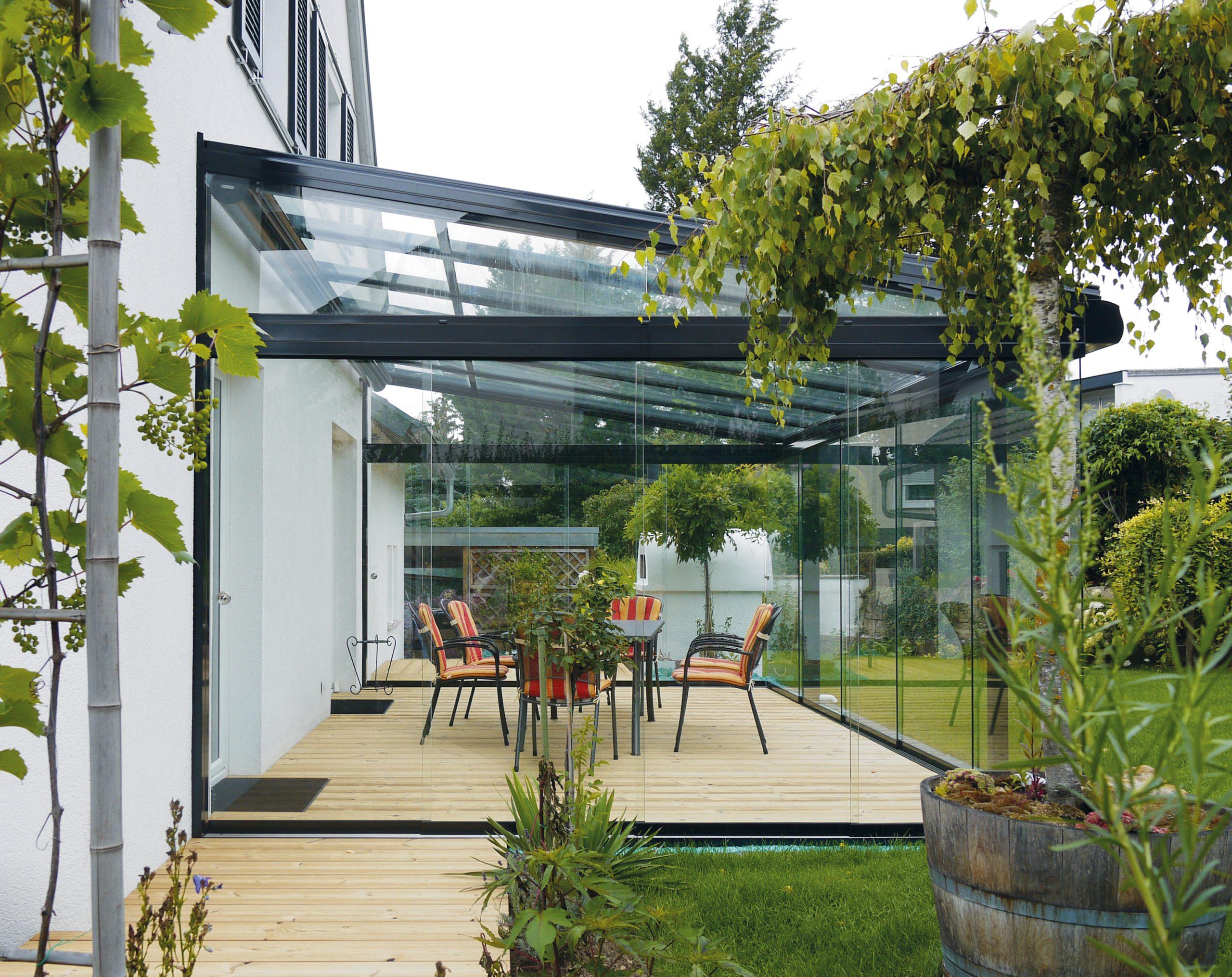 Sommergarten mit Ganz-Glas Schiebanlage der Marke WiPro von Ottis Fenster und Türen