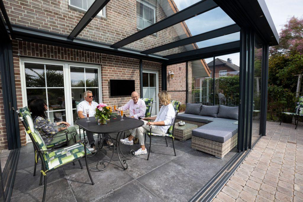 Sommergarten der Marke WiPro mit Innenansicht von Ottis Fenster und Türen